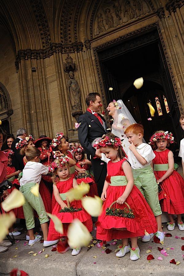 Mariés sortant de l'église entourés d'enfants