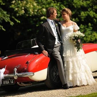 La mariée et le marié posent devant l'objectif du photographe
