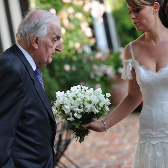 La mariée montre son bouquet à son décorateur Monsieur Celeron