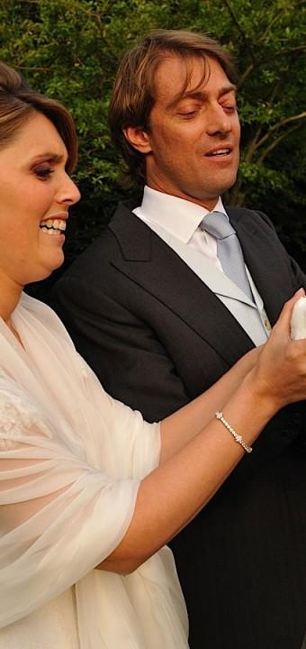 les mariés lâchent des colombes pendant le cocktail