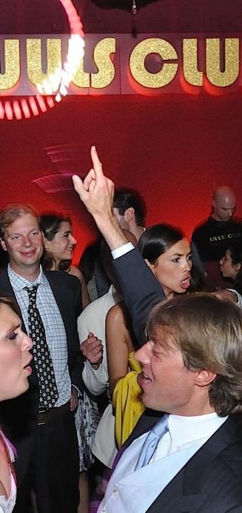 Les mariés dansent pendant la soirée