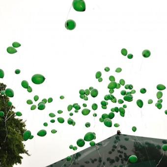 Les balons verts sont lâchés après la célébration