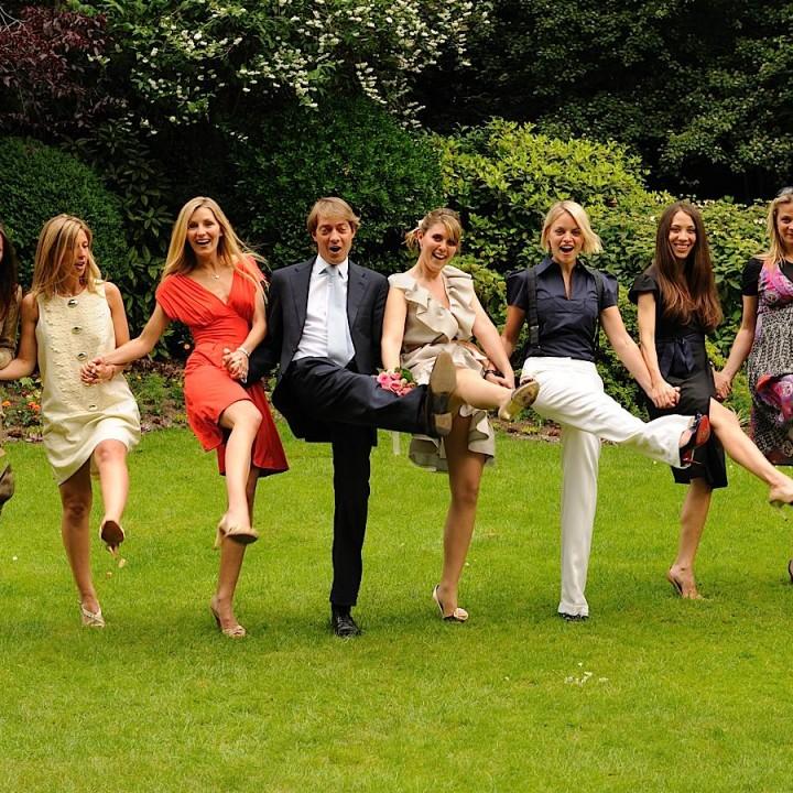 Photo des mariés et leurs amis dans le jardin de la mairie