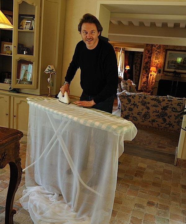couturier qui prépare la robe
