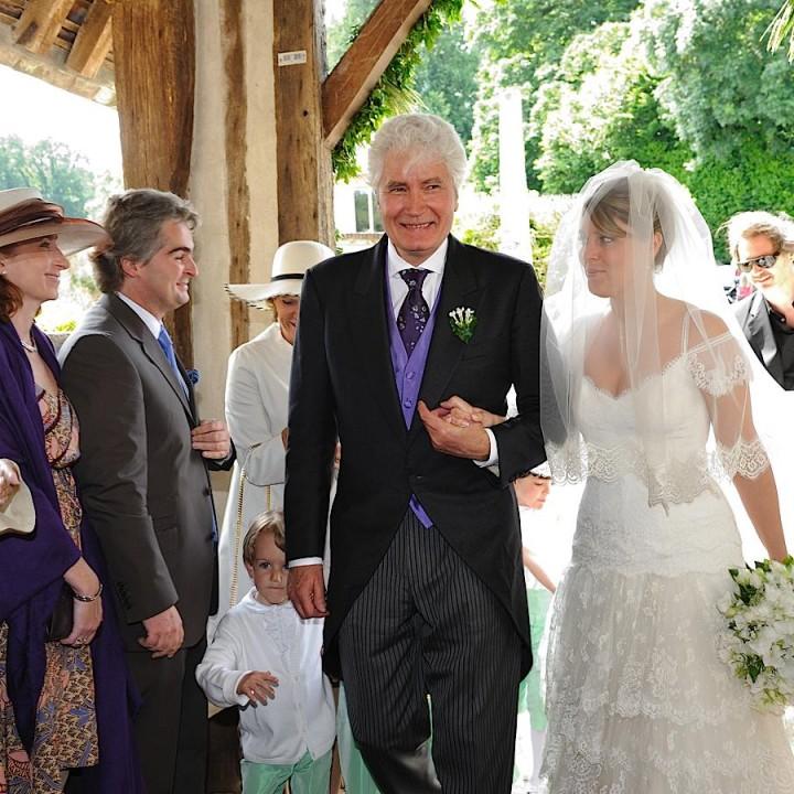 La mariée et son père entrent à l'église