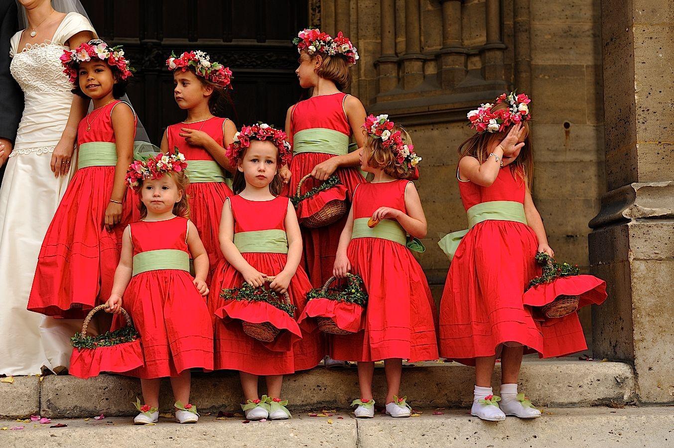 Jeunes demoiselles d'honneur en rouge