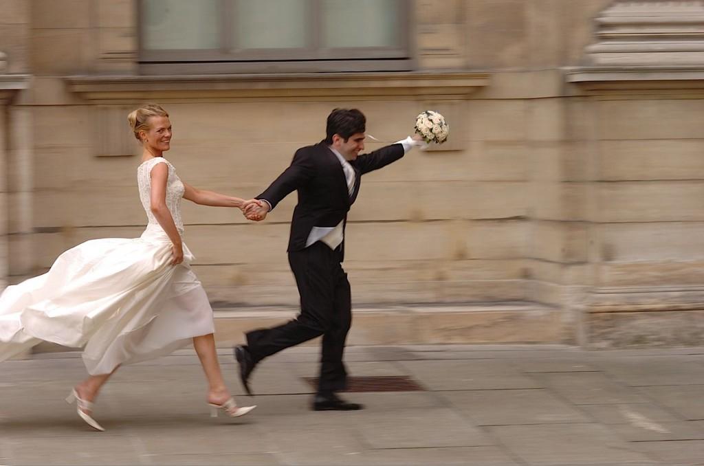 Couple marié en mouvement
