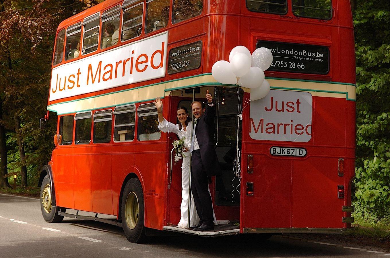 mariés partent dans un bus anglais