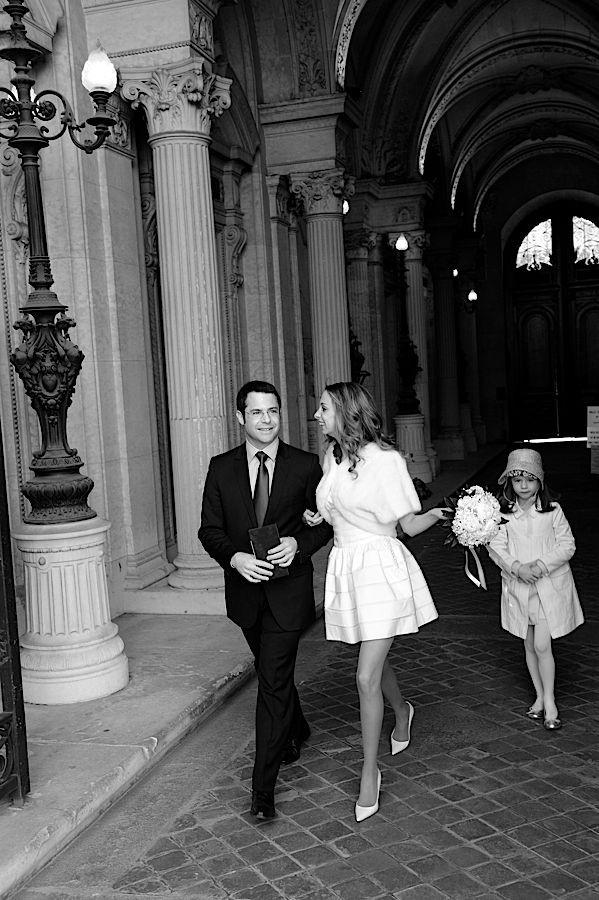 Couple élégant à la sortie de la mairie du VIIIe
