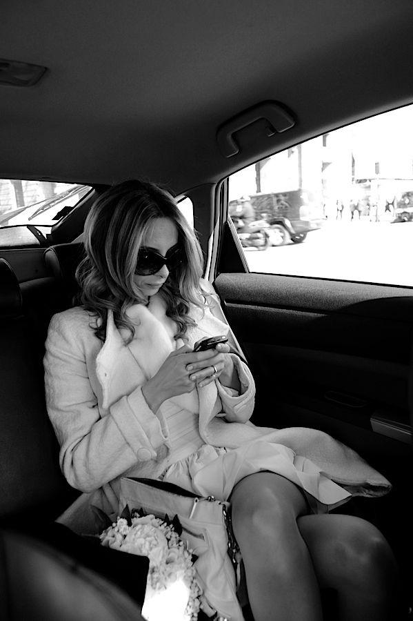Mariée élégante et glamour sur son smartphone