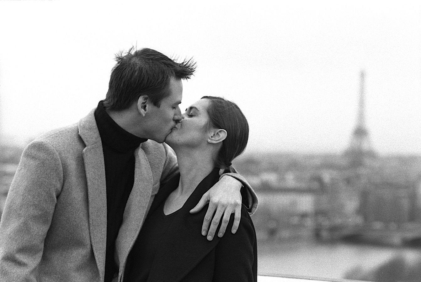 Baiser d'un couple américain à Paris style Robert Doisneau