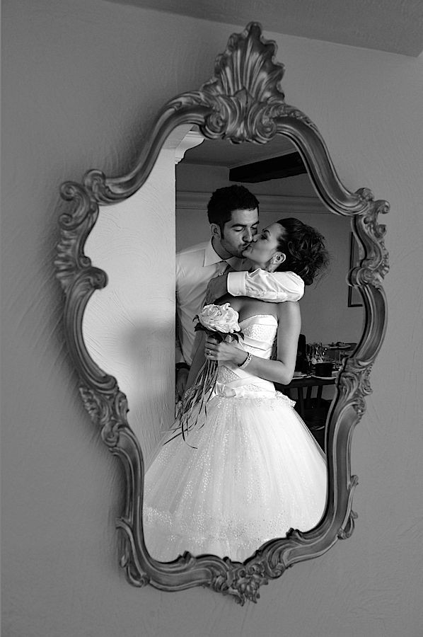 Photo orginale bisou des mariés dans un miroir