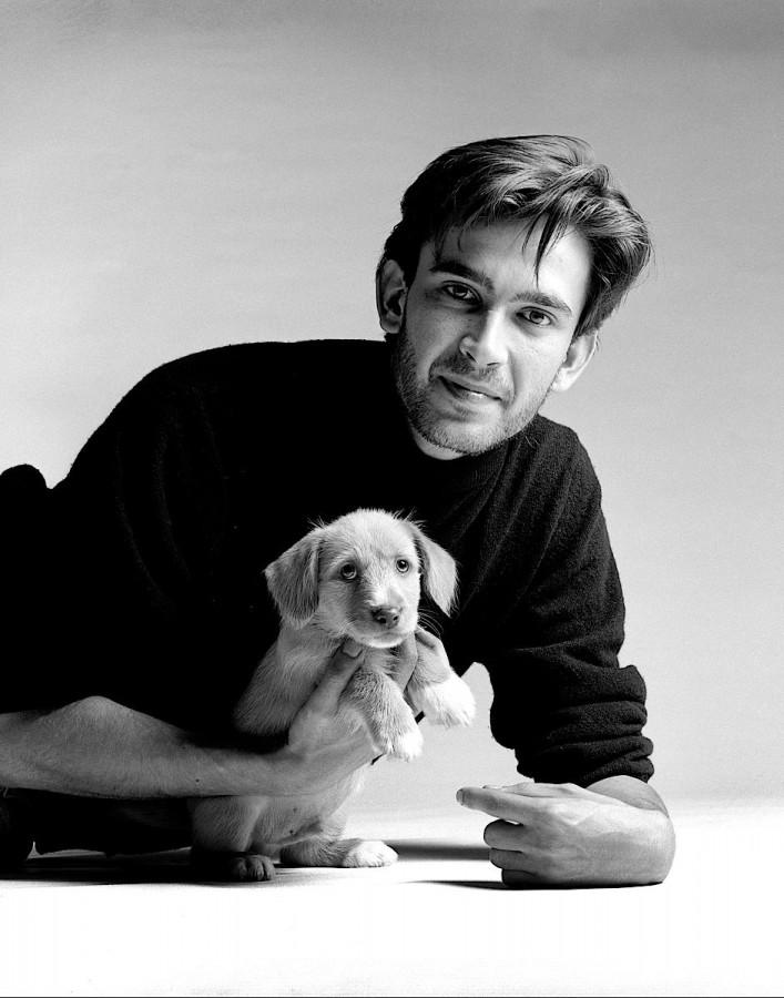 Portrait homme te son chien sur un fond gris