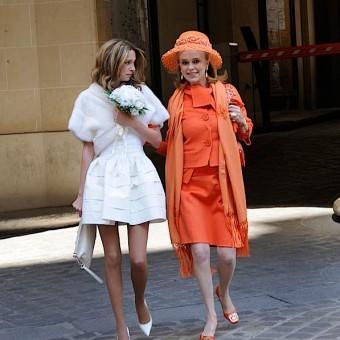 La mariée et sa mère arrivent pour le mariage civil