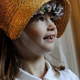 Petite fille qui regarde la belle mariée