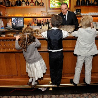 enfants devant le comptoir d'un bar