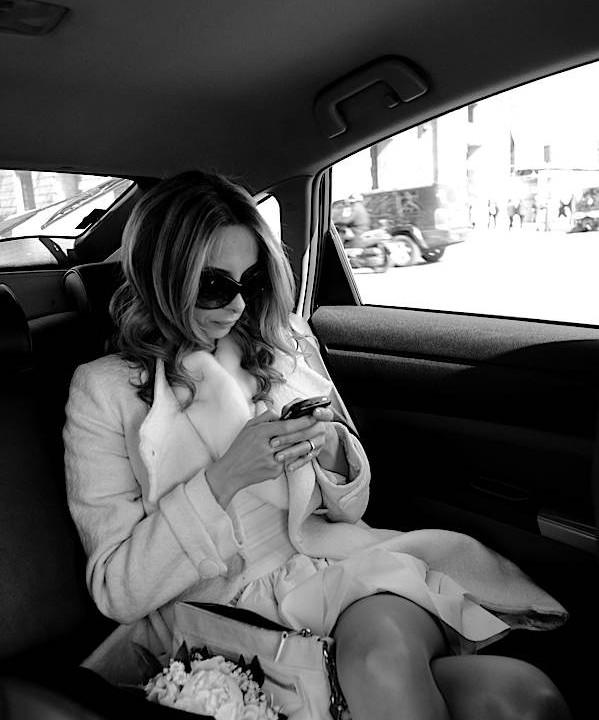 Mariée fashion et glamour regarde son smartphone
