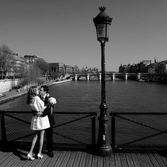 Photo de couple sur le pont des Arts à Paris