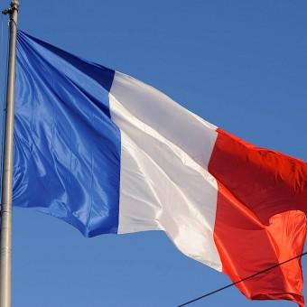 Le drapeau français sur le toit du hôtel Crillon