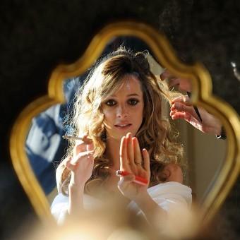 La mariée pendant la préparation qui fume une cigarette