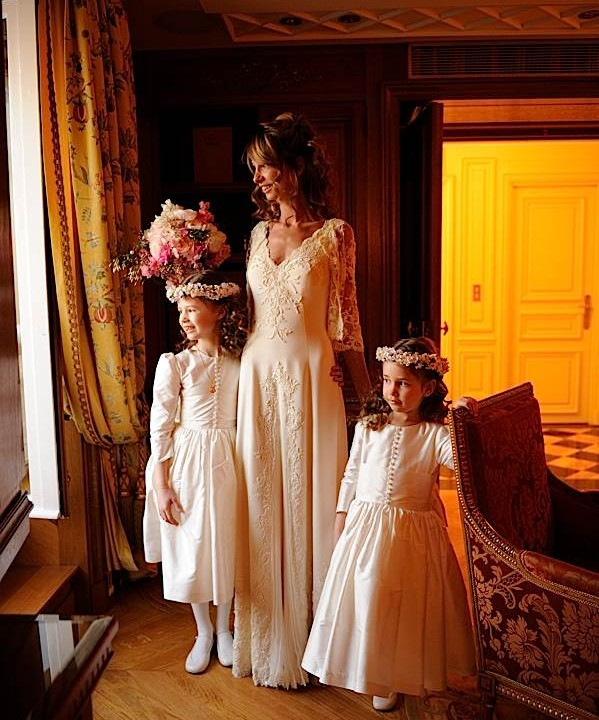 La mariée et les enfants regardent la place concorde