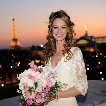 portrait de la mariée sur le toit de hôtel Crillon et la tour Eiffel en arrière plan