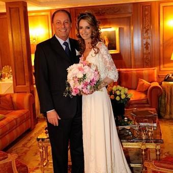 la mariée et son père posent pour le photographe avant partir pour la cérémonie