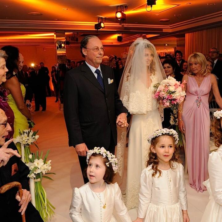 la mariée arrive au bras de son père, suivie ou précédée par les enfants d'honneur.