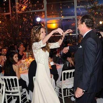 La mariée va embrasser son père avec son discours