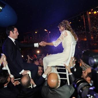 on porte les mariés et leurs parents sur des chaises