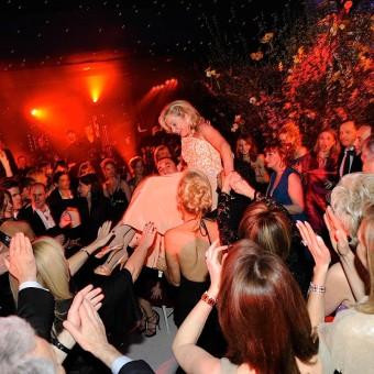 Dance de Maman de la mariée sur la chaise
