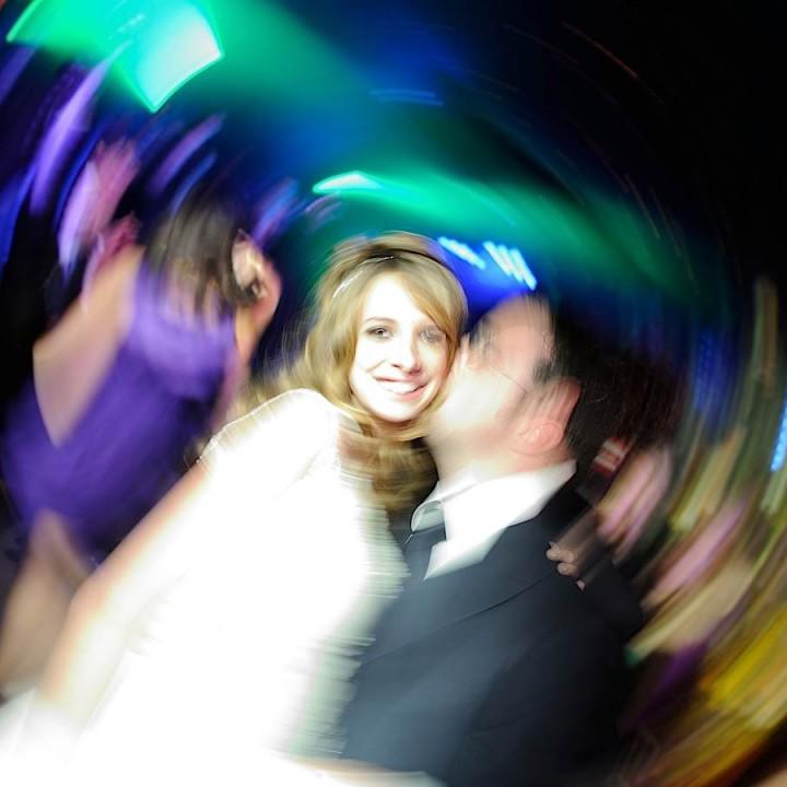 Le marié embrasse la mariée à Paris