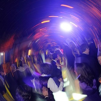 Les mariés dansent avec les invités dans une folle ambiance à Paris