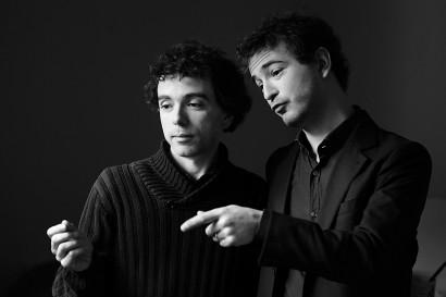 photos en noir et blanc de deux hommes, Damien et Renan Luce