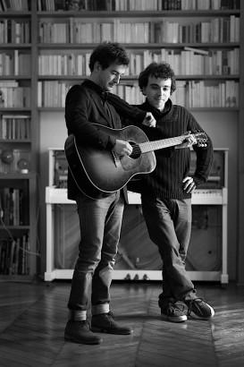 deux hommes dont un qui joue de la guitare, Damien et Renan Luce