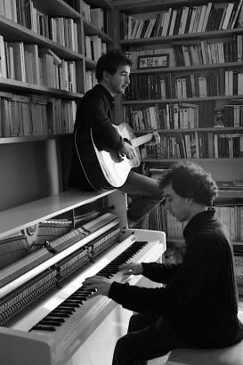photo en noir et blanc de renan luce en train de jouer de la guitare, Damien et Renan Luce