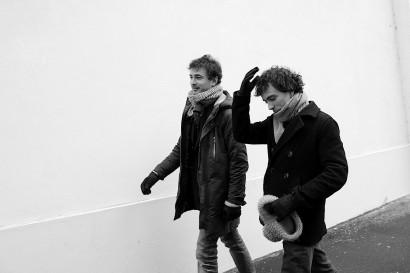 Photos à paris de deux hommes sur le trottoir, Damien et Renan Luce
