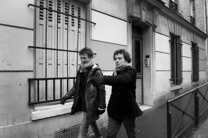 photos de deux hommes en noir et blanc à Paris